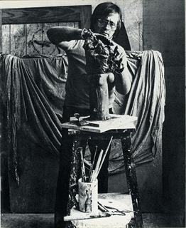 The sculptor Subirachs modelling.<br><i style='font-size:0.5 em;'>Photograph by Joan Iriarte.</i>